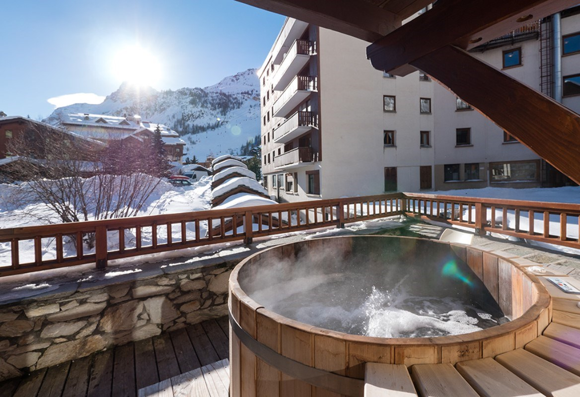 aspen hot tub suite 8 luxury catered ski chalet val d 39 isere vip ski. Black Bedroom Furniture Sets. Home Design Ideas